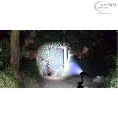 פנס לד עצמתי  - 2000 לומן (lumens), גוף אלומינים , עדשה למיקוד ופיזור האור. כולל 3 סוללות תואמות במתנה
